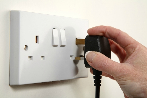 I have difficulty pulling electric plugs in and out